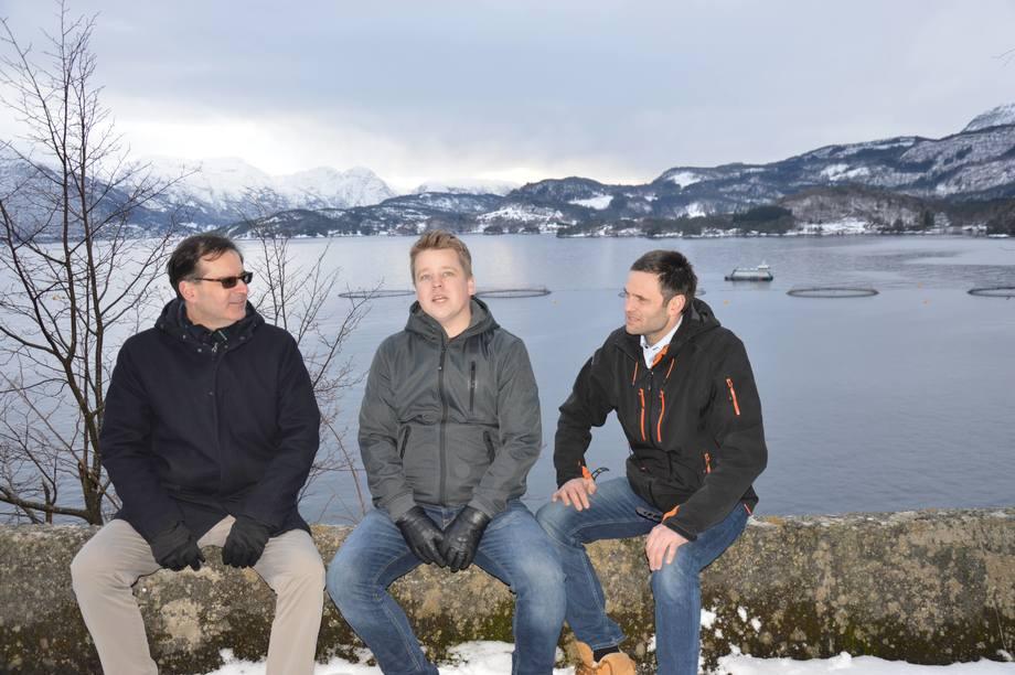 Fra venstre: Karim Kurmaly (Velamaris), Mads Martinsen (Skretting) og Erlend Haugarvoll (Lingalaks). Bak dem er det ca 800 000 fisk som blir slaktet i løpet av vinteren. Den har en snittvekt på mellom fire og fem kilo. Foto: Ole Andreas Drønen/Kyst.no.