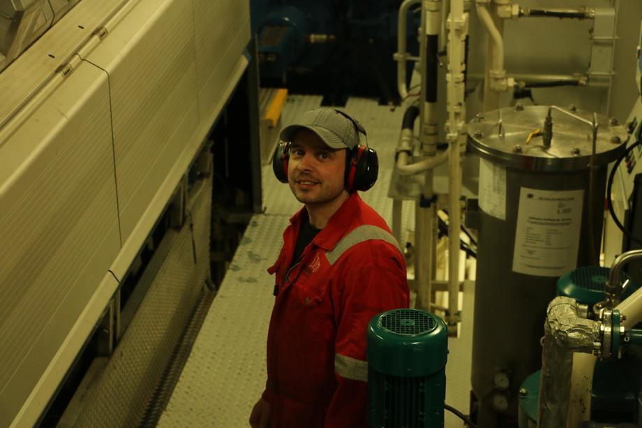 <p>Maskinsjef Antonio Tunem i maskinrommet.</p>