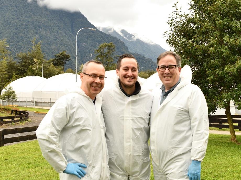 James Griffin, director ejecutivo de CSMC, Derek Wagner, Mark Oshima, en instalaciones de Salmones Camanchaca en Petrohué, en el marco de la visita de chefs estadounidenses a la industria chilena. Foto: CSMC.
