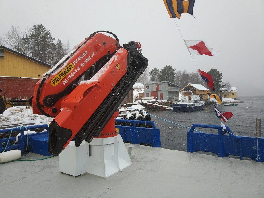 <p>Fart&oslash;yet er&nbsp;utstyrt med&nbsp;Palfinger krane fra Bergen Hydraulics&nbsp;med en l&oslash;ftekapasitet p&aring; fem tonn.</p>