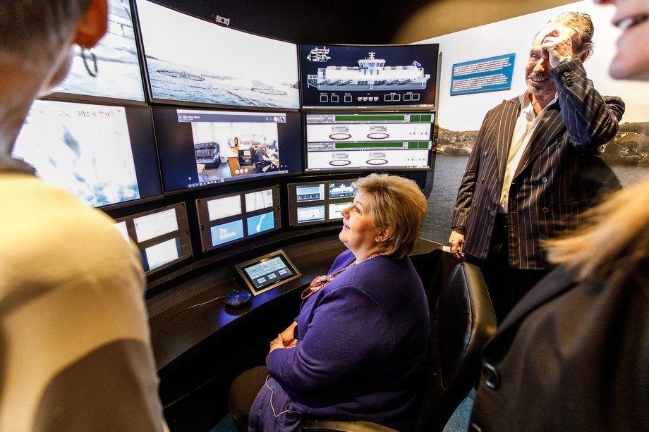 <p>Statsminister Erna Solberg tester kontrollrommet på The Salmon. Foto: The Salmon.</p>