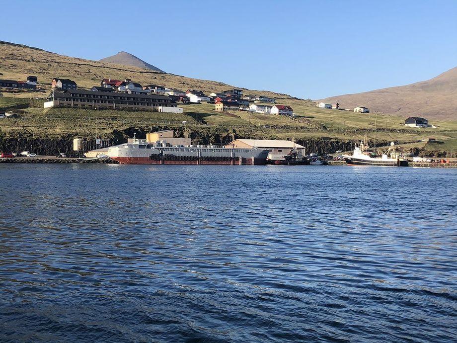 Fôrflåten vil bli forankret på lokaliteten Vikum, på vestkysten av Færøyene. Foto: JT electric.