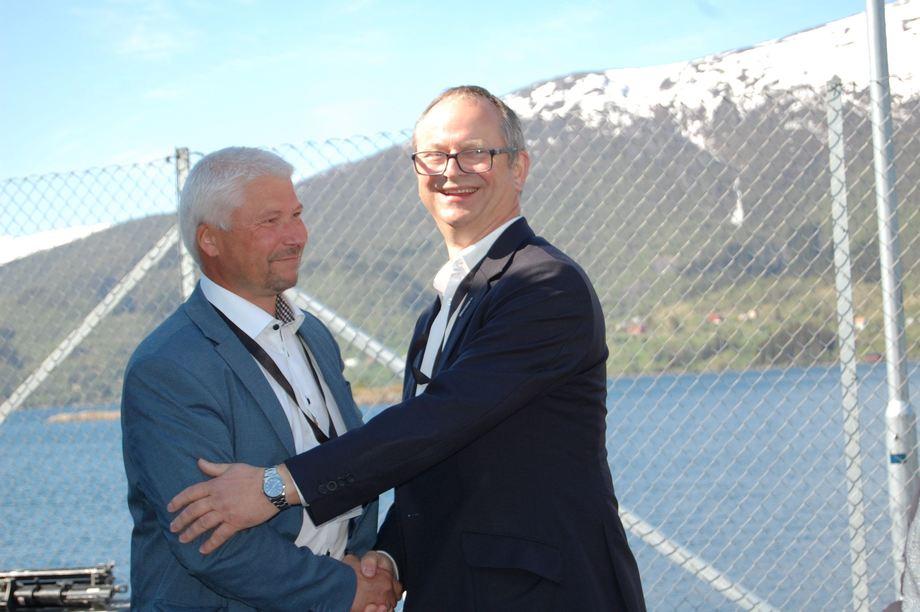 <p>Daglig leder Stig-Joar Krogli i SalmoBreed Salten og CEO Malcom Pye Benchmark plc. Foto: Harrieth Lundberg</p>