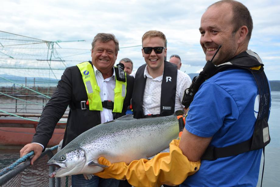 <p>Rundttur på anlegget i strålende vær. F.v. fiskeriminister Harald T. Nesvik, daglig leder Sondre Eideog driftsleder Trygve Samnøy.</p>
