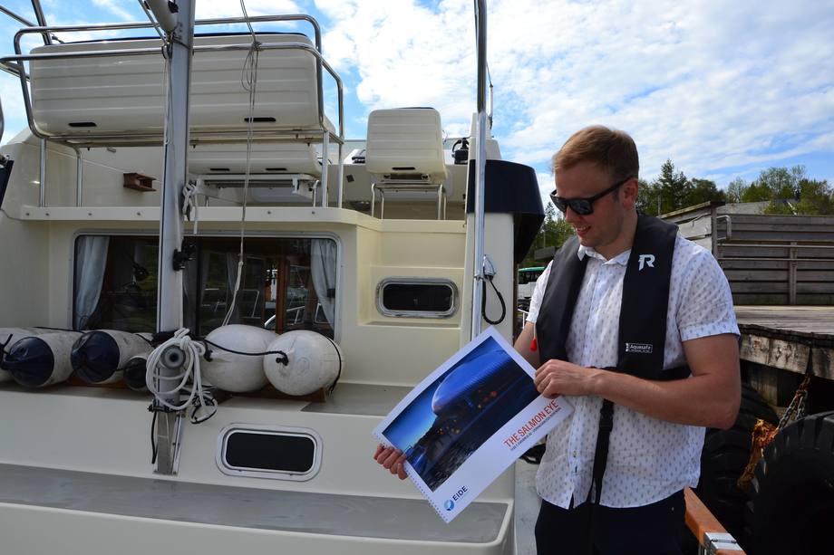 <p>Daglig leder i Eide Fjordbruk viser fram planer for det nye prosjektet«Salmon Eye».</p>