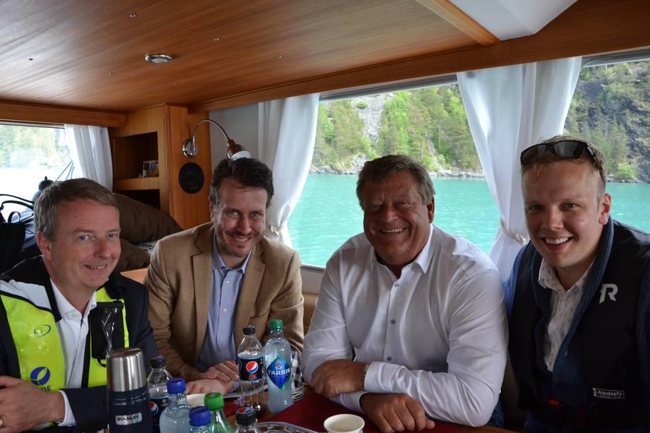 <p>God stemmning på båttur til Eide Fjordbruk sin lokalitet iHågardsneset i Kvinnherad kommune. F.v. ordfører i Os Terje Søviknes, stortingsrepresentant Helge Andrè Njåstad (FrP), fiskeriministeren Harald T. Nesvik, daglig lederSondre Eide.</p>