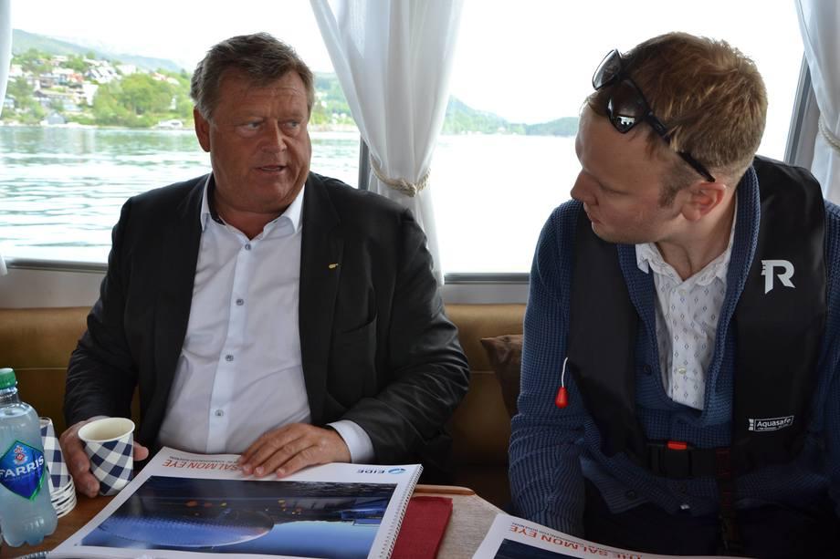 <p>På vei fra Sotra til anlegget påHågardsneset fikk Sondre Eidemulighet til å vise frem brosjyrer med detaljerte bilder og planer for «Salmon Eye»-prosjektet.</p>