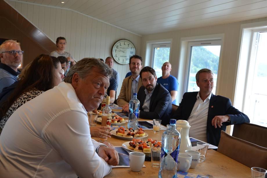<p>Presentasjon av «Salmon Eye»-prosjektet og norsk laks til lunsj. F.v. fiskeriminister Nesvik,stortinsrepresentant Helge Andrè Njåstad (FrP), ordfører i Os Terje Søviknes (FrP), ordføreri Kvinnherad kommune Peder Sjo Slettebø (H).</p>