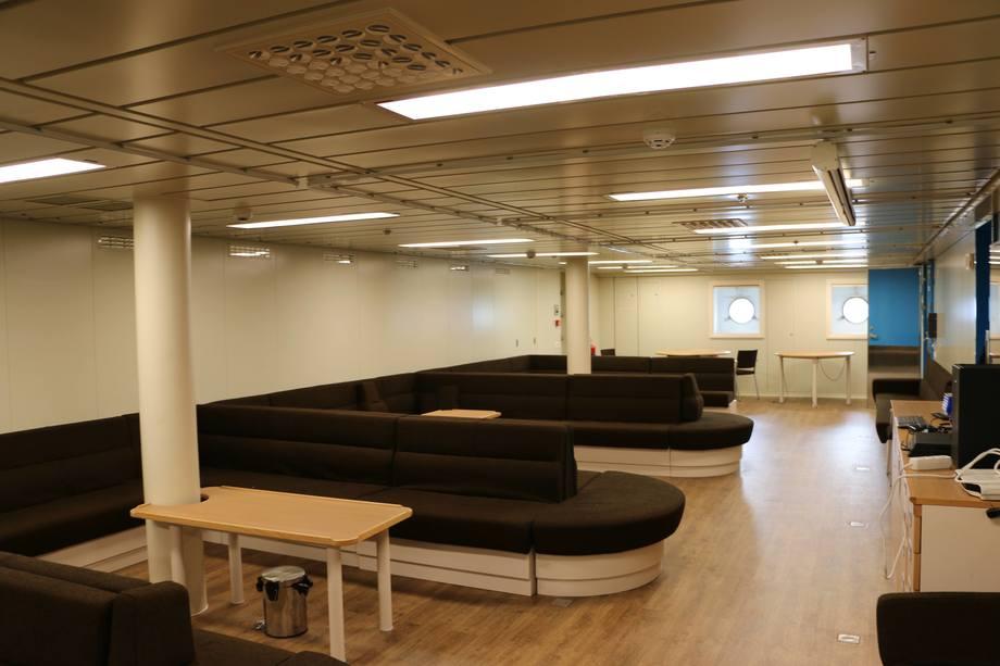 <p>Denne salongen kan på kort gjøres om til sykestue. Foto: Helge Martin Markussen</p>