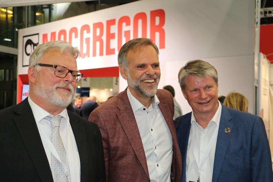 <p>Tore Ulstein (i midten) fra Ulstein Verft, flankert av juryformann Gustav Erik Blaalid (t.v) og jurymedlem Lars Gørvell-Dahl (t.h)</p>