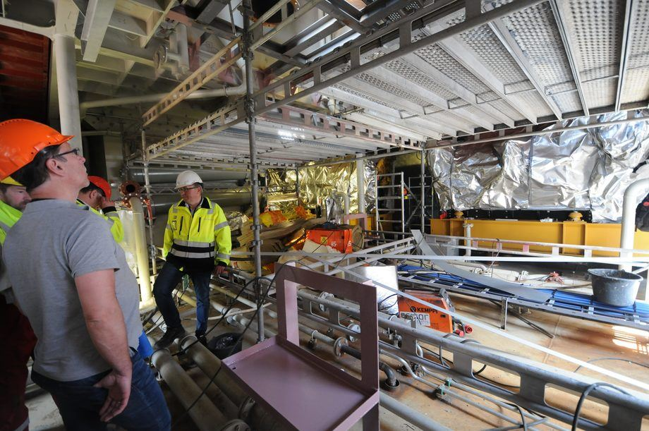"<p>The generator room is located high up in the boat and has plenty of space. ""Must be drawn by a 'chief', we often hear,"" says Sølvtrans development manager Tor Ove Stenersen, with red helmet on the left of the picture.</p>"