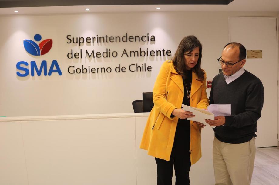 Alicia Gallardo, directora nacional de Sernapesca, interponiendo ante la SMA ayer una de las denuncias contra Nova Austral, además de los recursos en el Ministerio Público y el Tribunal de Punta Arenas. Foto: Sernapesca.