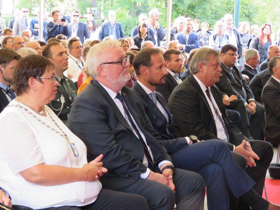 <p>La alcaldesa de Trondheim, junto al príncipe de Noruega y alministro de Pesca nórdico.</p>