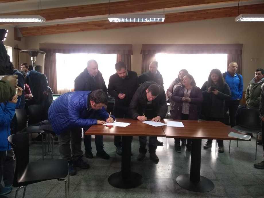 Firma del acuerdo para deponer las movilizaciones en Quellón.