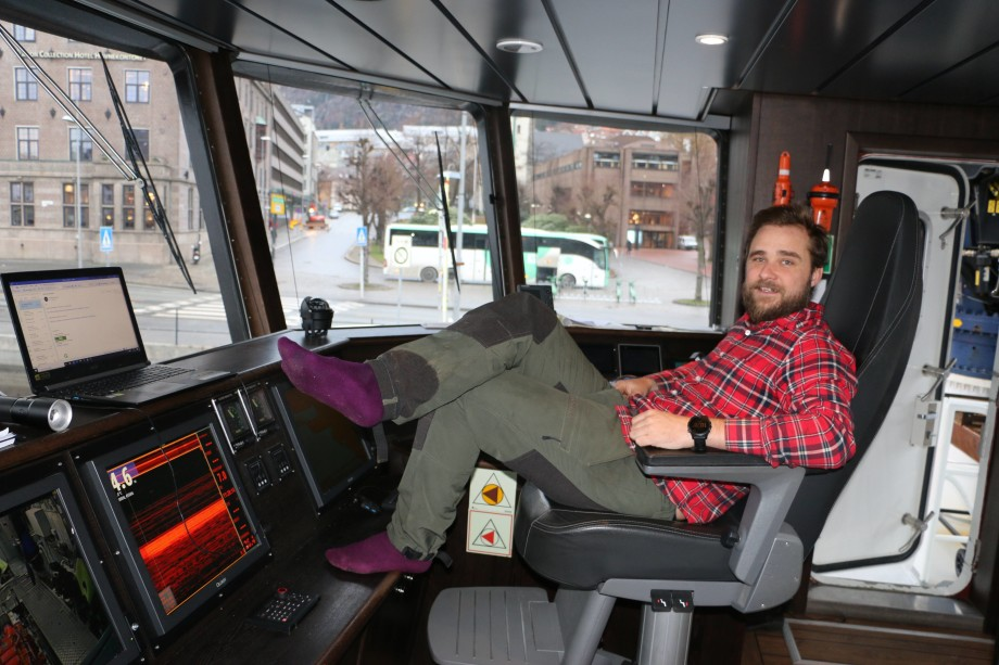 <p>Kaptein om bord Kalle Gissberg viste Skipsrevyen rundt om på båten. Foto: Margarita Savinova.</p>