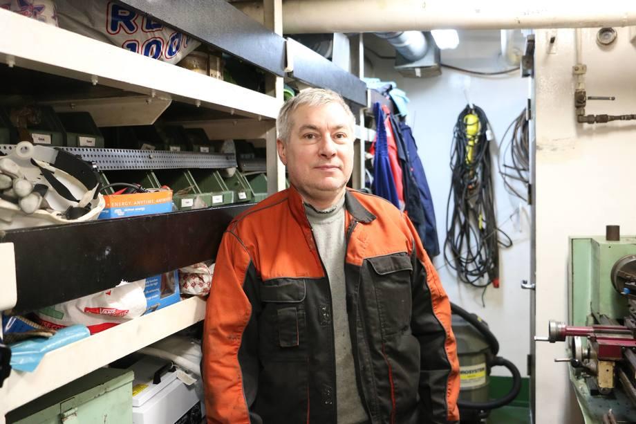 <p>Skipsrevyen fikk omvisning i motorrommet av Oleg Vasyutin som er chief engineer om bord. Foto: Margarita Savinova.</p>