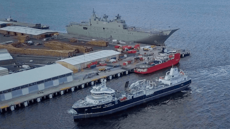 The Ronja Storm approaches its berth in Hobart. In the background is the HMAS Canberra, an aircraft carrier for helicopters that it is the Australian Navy's flagship.