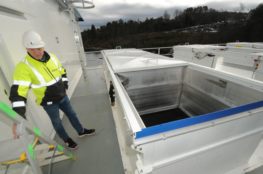 <p>Frode Johansson forteller at fôrsilolukene kan fjernstyres fra fôrbåten.</p>