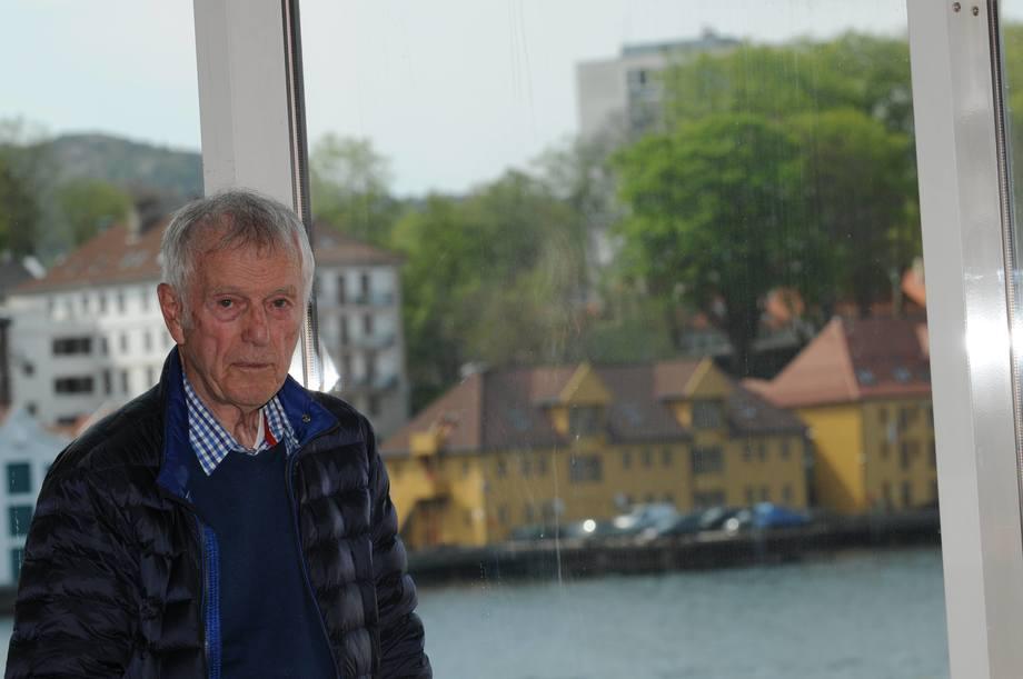 Olav Hanssen startet Norsk Fiskeoppdrett i 1976, mens han jobbet i Fiskeridirektoratet, som man kan skimte i bakgrunnen. Her er han avbildet i 2016 i Norsk Fiskeoppdretts lokaler i forbindelse med fagtidsskriftets 40-årsjubileum. Foto: Pål Mugaas Jensen