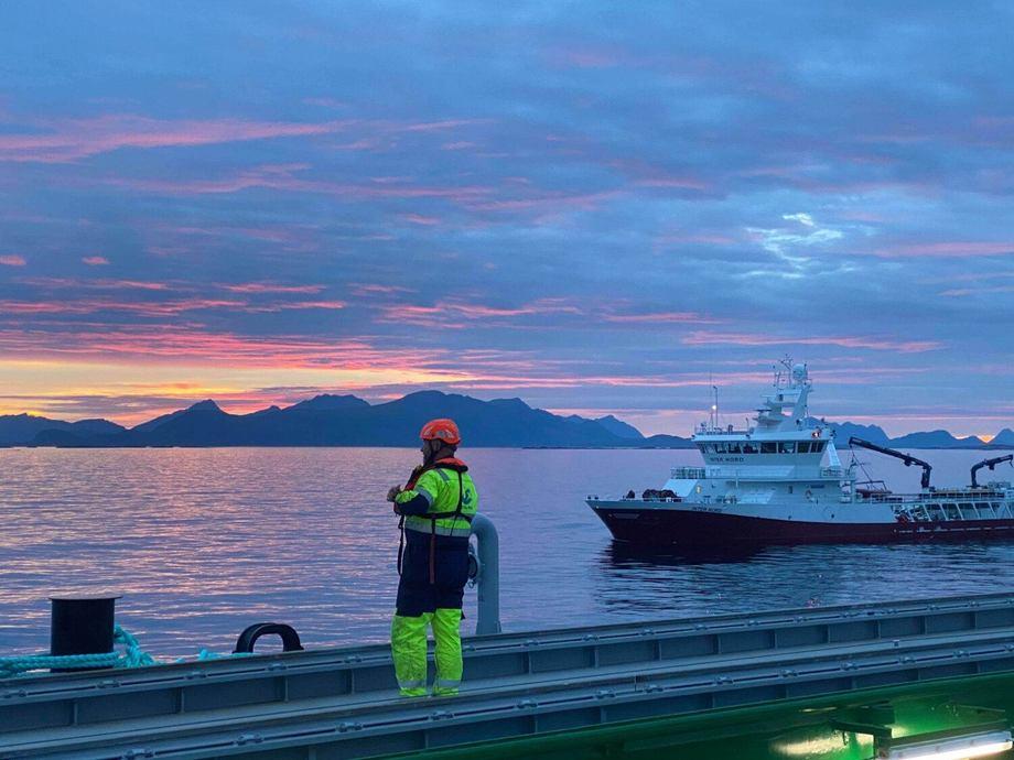 Brønnbåten Inter Nord ankommer Ytre Hadseløy og havfarmen i sommernatta. Foto: Nordlaks