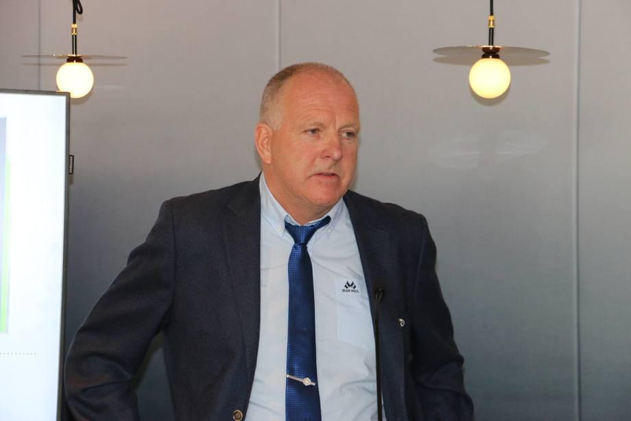 <p>Reder Odd Einar Sandøy tok imot prisen på vegne av rederiet. Foto: Helge Martin Markussen</p>