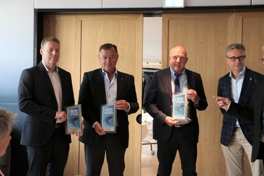 <p>Fra venstre: Per Jørgen Silden(Skipskompetanse), Jarle Gunnarstein, (Larsnes Mek), Odd Einar Sandøy (Rostein) og Fiskeri- og sjømatminister Odd Emil IngerbrigtsenFoto: Helge Martin Markussen</p>