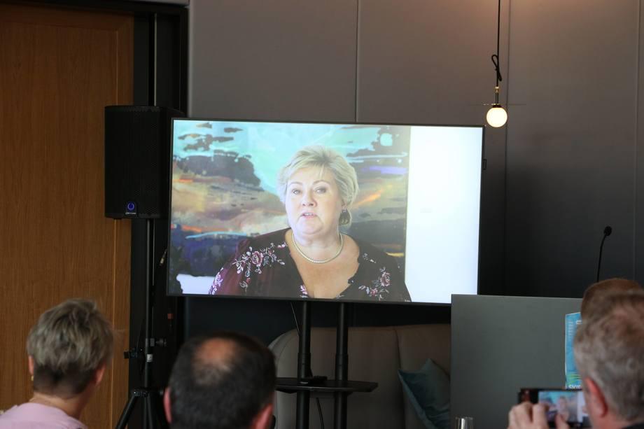 <p>Statminister Erna Solberg overrasket med videohilsen til vinnerne. Foto: Helge Martin Markussen</p>