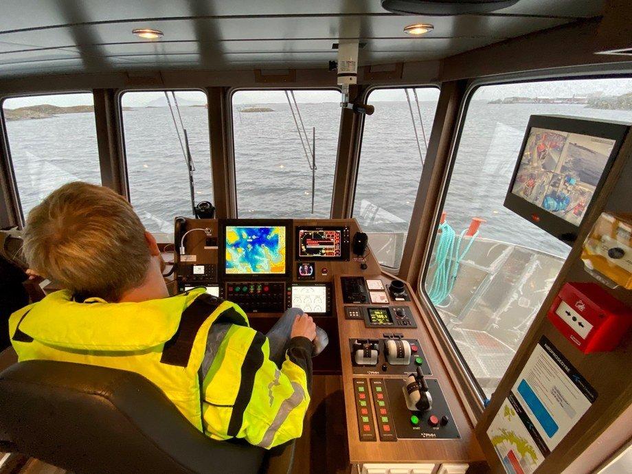 <p>GMV har laget en førerplass på båten som er ryddig og oversiktlig, her kan du enkelt nå de viktigste bryterne selv om det er både mørkt og dårlig vær. Mindre viktige instrumenter og sjenerende lyskilder er fjernet fra synsfeltet til føreren. Båten har samme navigasjonspakke som Solbryn (GMV bnr. 146), dvs. Olex kartmaskin, Simrad NSS12 EVO «multimaskin», Simrad Autopilot, styring på joystick osv. I tillegg til blindsonen bak på babord side er også maskinrommene kameraovervåket, opplyser Lovundlaks.</p>