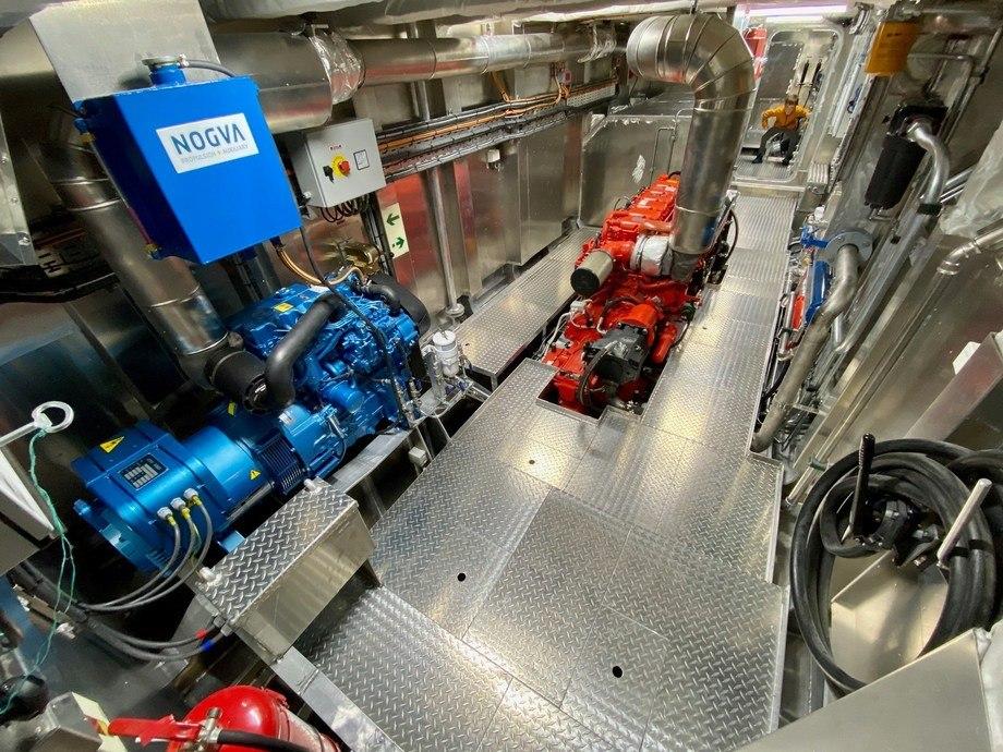 <p>Båten har to stk Nogva Scania DI13 på 500 hk hver, og Nogva HC258 gir. Aggregatet er Nogva Nanni QLS32T, på 29,3 kVa. Det er også 2 stk 80 hk sidepropeller montert forut i babord skrog.</p>