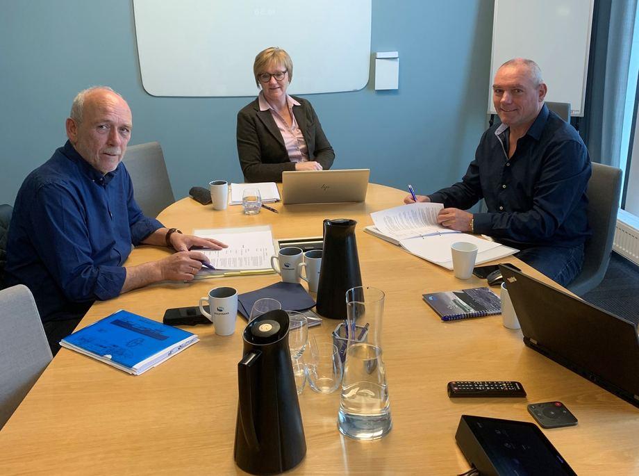 Her signeres kontrakten. Fra v.: Halvard Aas, Tove Slyngstad og Roger Halsebakk. Foto: Aas Mek
