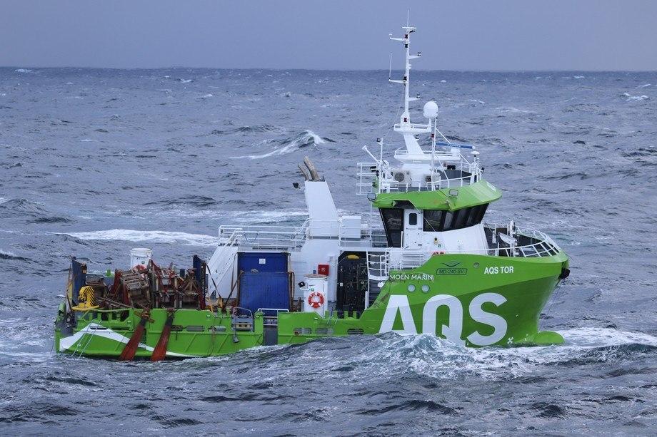 <p>«AQS Tor» før den ble slept inn til Florø. Foto: Kystvakta/KV Bergen</p>