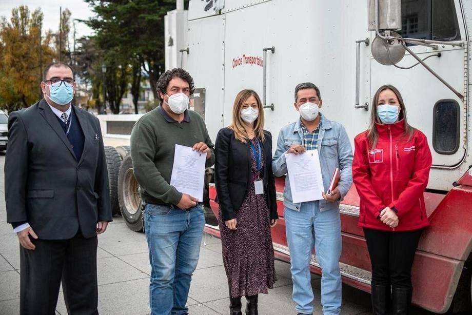Firma del acuerdo entre camioneros y autoridades. Foto: Intendencia de Magallanes.