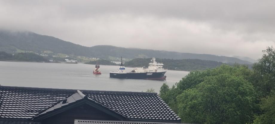 MS «Holmfoss» er trukket av grunn. Foto: Lizbeth Osnes