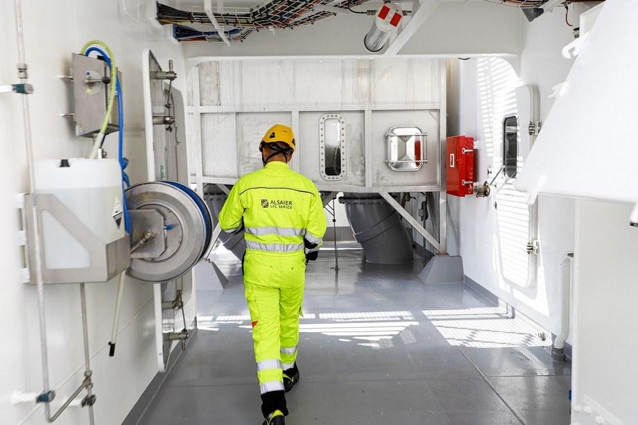 <p>Mathias Eide gir Grenda en omvisning om bord den hybride brønnbåten Kristoffer Tronds. Foto: Marthe Eide/Grenda.</p>