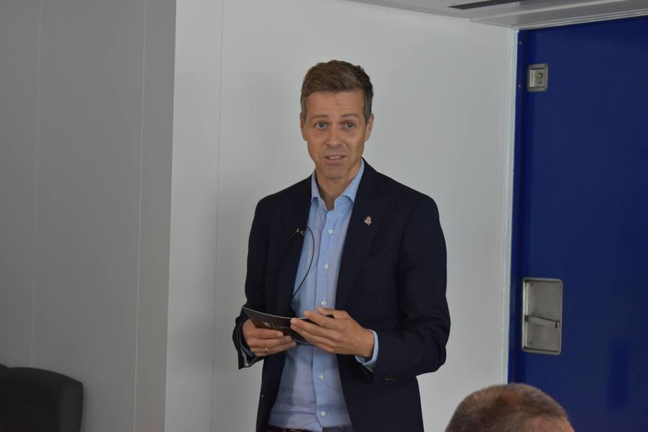 <p>Samferselsminister Knut Arild Hareide delte ut prisen. Foto: Helge Martin Markussen</p>