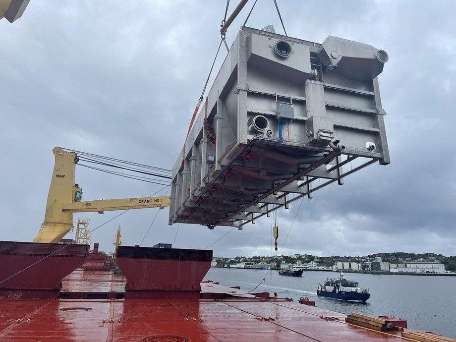 Estanque hélix siendo izado a bordo del buque de carga en Kristiansand, Noruega. Foto: Salmoclinic.