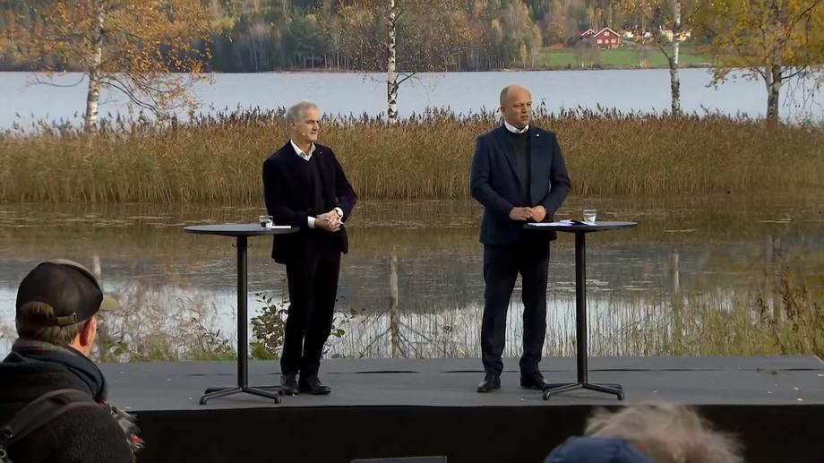 Jonas Gahr Støre og Trygve Slagsvold Vedum under fremleggelsen av Hurdalsplattformen. Skjermdump av APs sending.