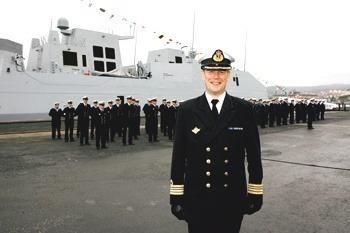 En tydelig stolt skipssjef Hans Petter Midttun fremfor mannskapet på KNM «Roald Amundsen». – En helt ubeskrivelig opplevelse, sier han.