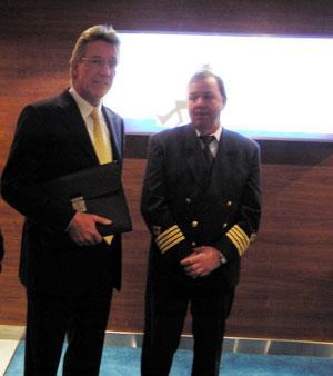 Ene-eier av Color Line, Olav Nils Sunde, forteller at overtagelsesseremonien er kansellert. Ved hans side kaptein Per Inge Herner.