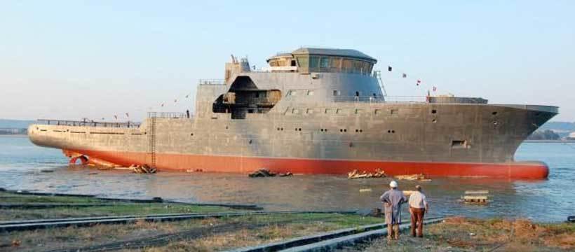 FORSINKET: KV «Barentshav» er allerede to-tre måneder forsinket på grunn av vannmangel i Donau. Elven må stige rundt en meter før skipet kan slepes videre.FOTO: Bt.no/MYKLEBUST VERFT