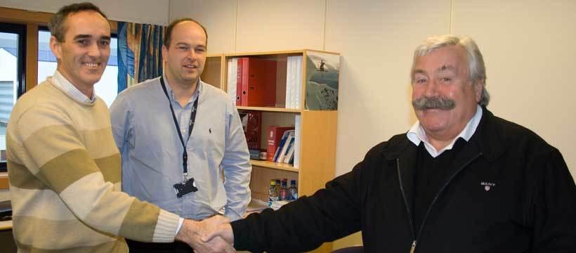 Fornøgde med ny kontrakt; Administrerande direktør ved Ulstein Verft Karsten Sævik,  innkjøpssjef ved Ulstein Verft Roar Stenersen og salsansvarleg i Terex,  Per Holm.