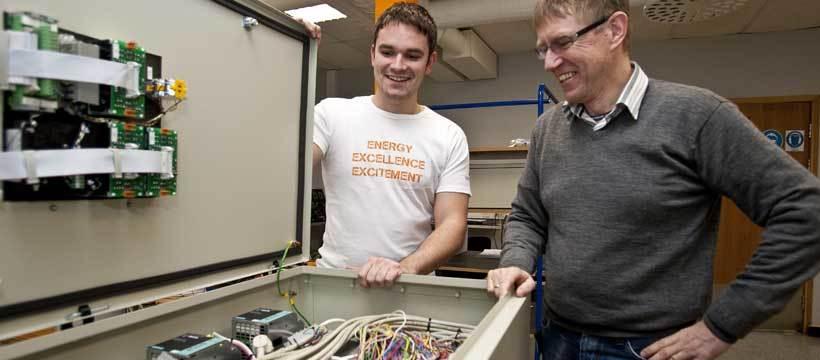 Tommy Hillestad og Hans Olav Alfsvåg inspiserer et ferdigstilt kontrollkabinett som er klargjort for sluttest.
