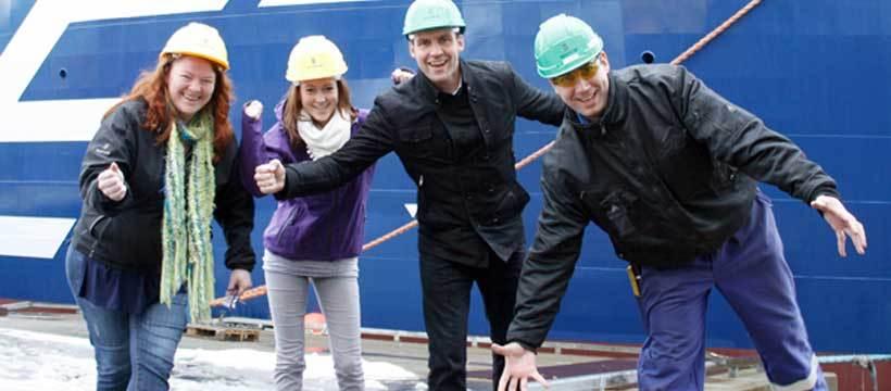 Ulstein-ansatte jubler for bonus. Eva Kristin Frekøy (ingeniør - Ulstein Verft), Katrine Østgaard (TAF-elev - Ulstein Verft), Ronny Eidsvik (global salgssupport - Ulstein Design & Solutions) og Harris Taslidza (arbeidsleder- Ulstein Verft.  (Ulstein G