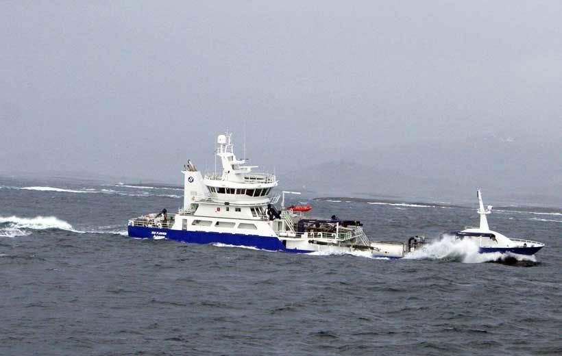 """""""Ro Fjord"""": En søkklastet moderne brønnbåt slingrer seg inn mot Saksa og Buholmråsa på veg mot sør etter å ha passert Folda. Foto: Øystein Rysst"""