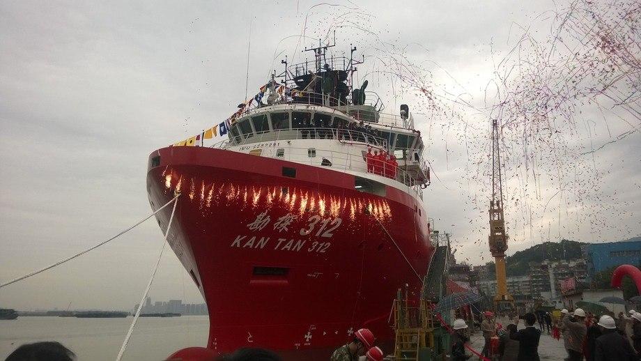 Konfetti og fyrverkeri: Det var stor stas og feiring da Fujien Mawei Shipbuilding leverte sin første Havyard 832 til Sinopec. FOTO: Havyard