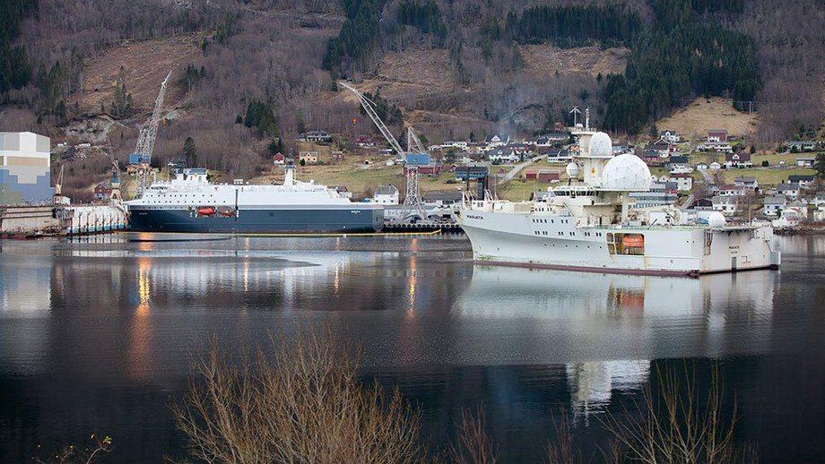 """Forsvaret er ikke særlig lysten på å offentliggjøre bilder av nye """"Marjata"""", her med """"gamleskipet"""" i forgrunnen."""