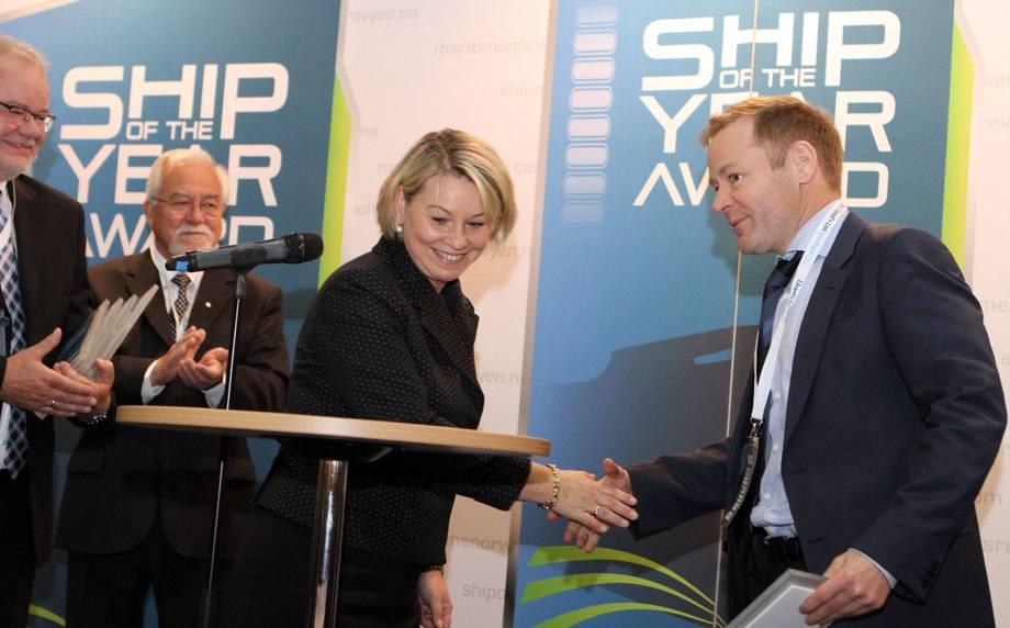 Mons Aase mottar prisen fra næringsminister Monica Mæland. Foto: Vidar Alfarnes