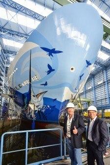Kunstneren Guy Harvey observerer fremgangen ved  Meyer Werft