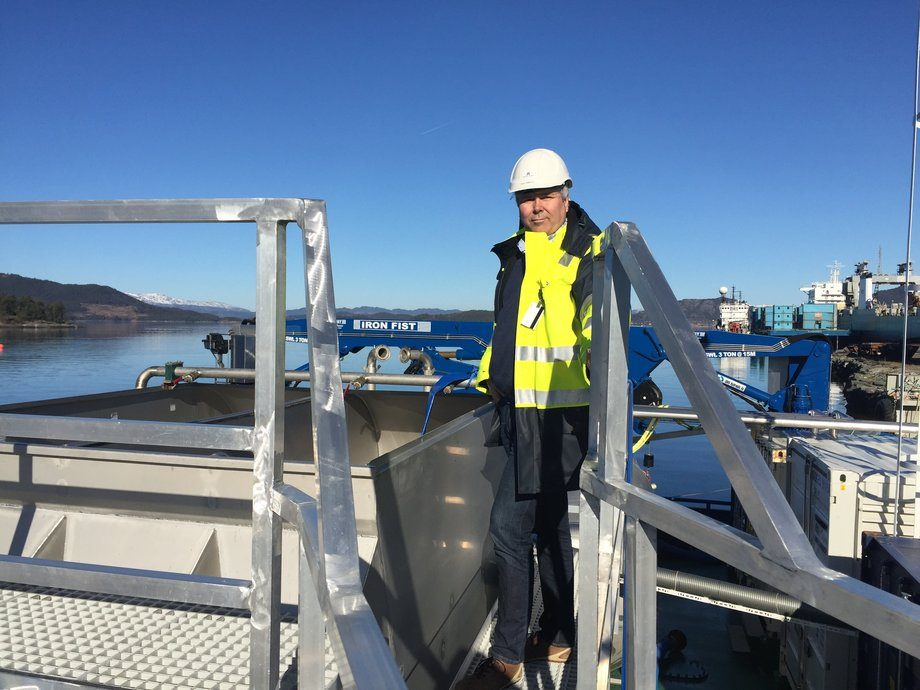 """Frode Grønstøl, daglig leder ved Halsnøy Dokk, er her fotografert ombord på den avanserte avlusingslekteren """"Riga"""" som er under utrusting for Alsaker."""