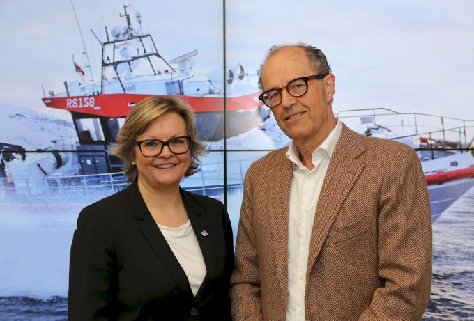 Signerer avtale. Generalsekretær Rikke Lind i Redningsselskapet og prosjektdirektør John A. Nielsen i Norsk Lostransport.